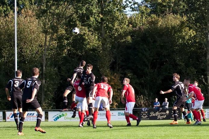 Rens van Laerhoven (Moerse Boys, zwart shirt) in duel, tussen de nummer 6 en de nummer 13 van 't Zand.