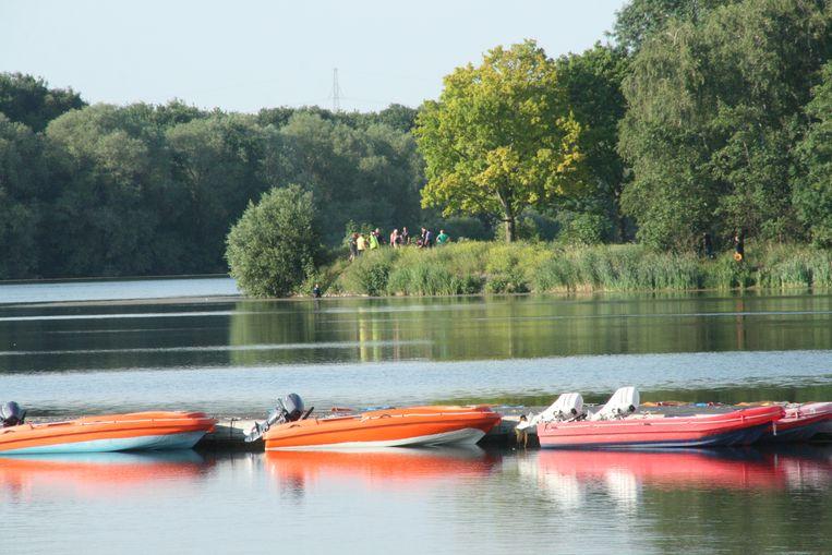 Op het water van De Gavers zijn enkele boten aanwezig.
