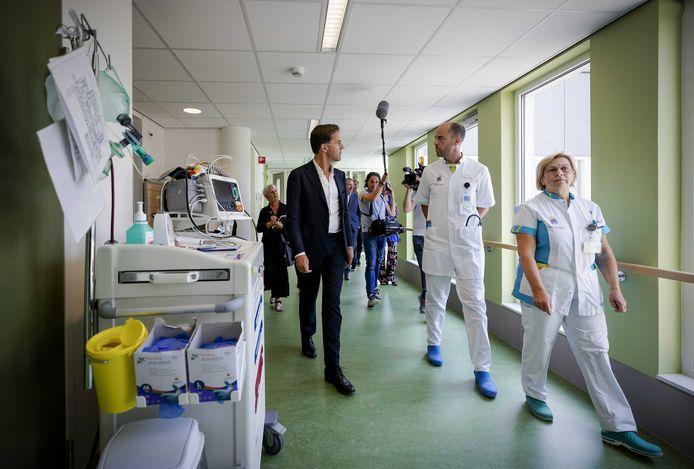 Minister-president Mark Rutte op de intensive care afdeling van ziekenhuis Bernhoven. Het bezoek staat in het teken van de zorg voor coronapatiënten.