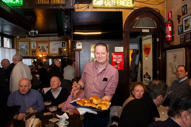 In café Den Engel werden wel echte worstenbroden geserveerd.