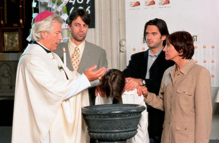 Guido als pastoor Walter in Familie. Verder op de foto: Karel De Ruwe (Guido), Remco Brigou (Enrique), Gunter De Batselier (Peter) en Jacky Lafon (Rita).