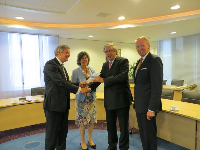 De overhandiging van het fusierapport aan de burgemeesters door oud-minister Cees Veerman.