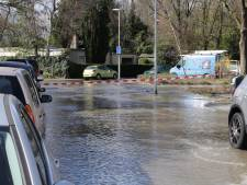 Waterleiding springt in Rotterdam-Charlois, straat stroomt vol water