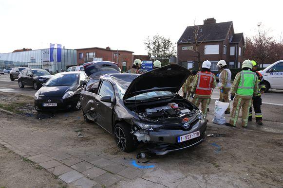 De nagelnieuwe Toyota Auris werd tot schroot herleid.