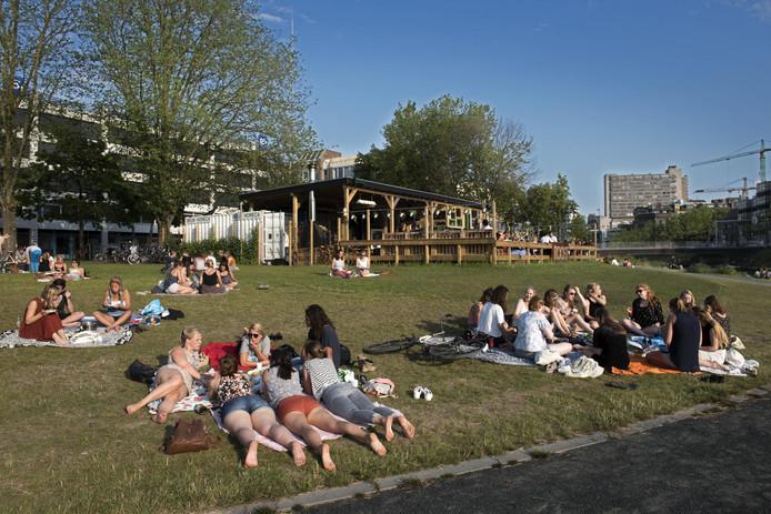 Op zomerse avonden was het vorig seizoen flink druk in en rond Roost.