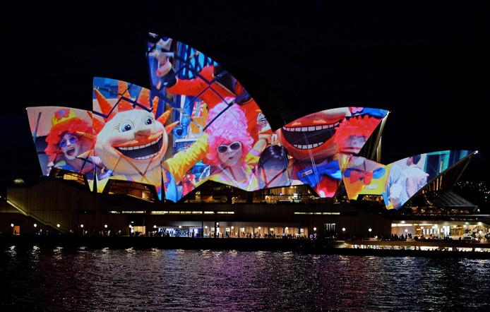 Het Opera House stond in 2013 wel toe dat Samsung door burgers gemaakte foto's projecteerde op het dak, om te vieren dat de Samsung Galaxy S4-smartphone werd gelanceerd.