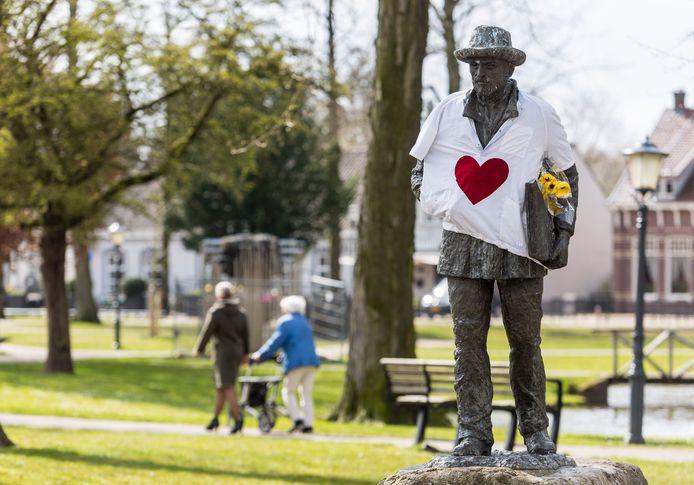 Het beeld van Vincent van Gogh in het Park in Nuenen was eerder dit jaar gehuld in een t-shirt met een 'hart voor de zorg'