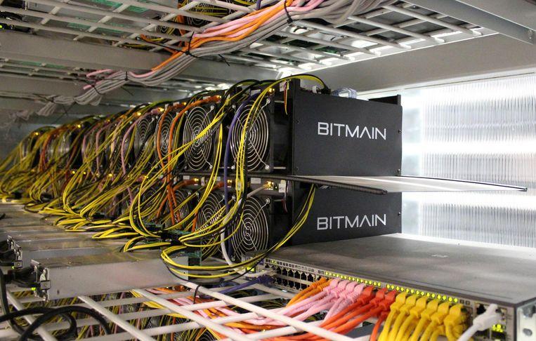 Een rek met speciale bitcoincomputers. Beeld REUTERS