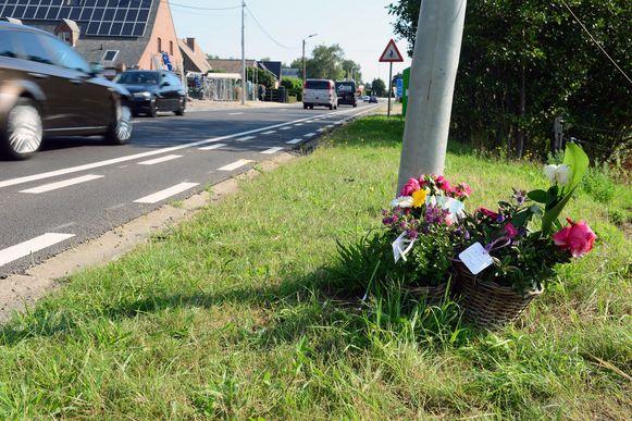 Op de plaats van het ongeval liggen bloemen. Ook de moeder van Noah legde er een ruiker neer.