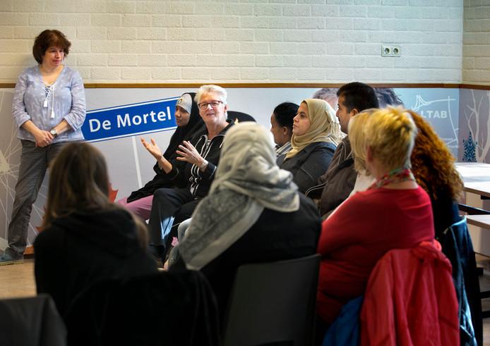 Buurtbewoners en statushouders leren elkaar beter kennen via het project Dichter bij Huis.