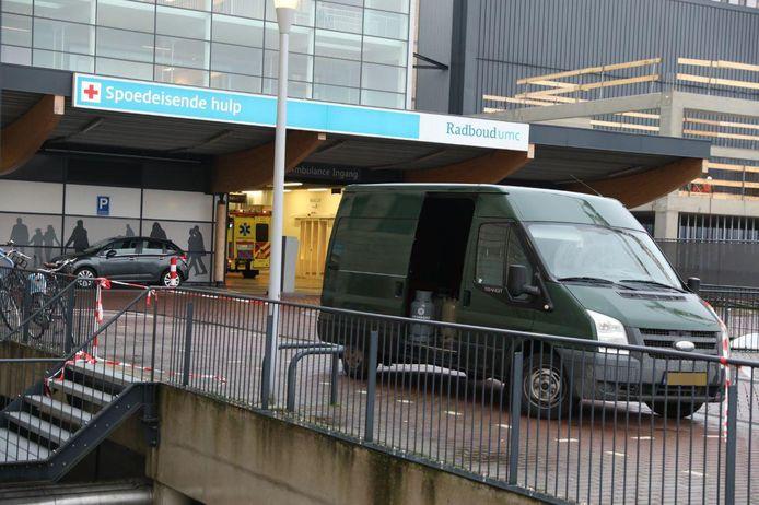 Het busje vol gasflessen waarmee een zwaargewonde man door een explosie in een drugslab naar het Radboudziekenhuis is gebracht.
