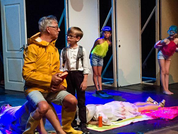 Jetro Thijs is 8 jaar en speelt de hoofdrol in kinderopera N.E.R.O!. Hier met Dirk Van Vaerenbergh die mee de regie doet en acteur is in de opera.