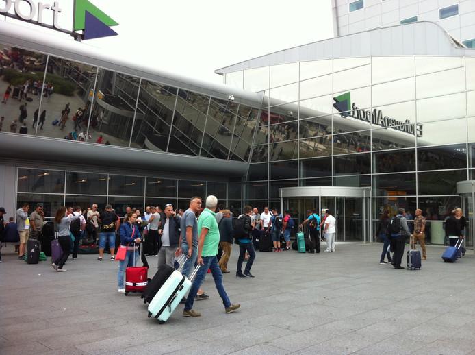 Drukte op Eindhoven Airport deze zondag. Velen besloten toch op vakantie naar Turkije te gaan.