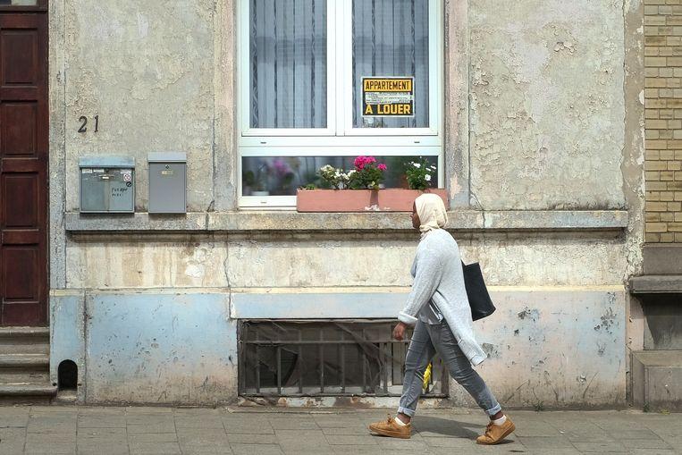 Een Afrikaanse op zoek naar een woning in Brussel. Archieffoto.