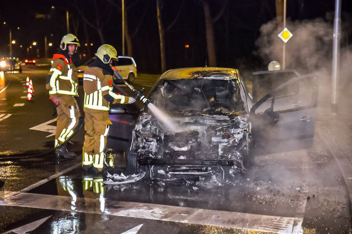 Auto vliegt spontaan in brand voor stoplicht op Dongenseweg in Tilburg.