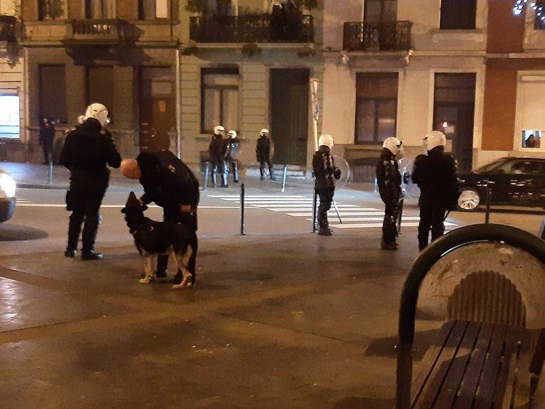 Op het plein aan metrostation Zwarte Vijvers zijn extra agenten ingeschakeld om plunderingen te voorkomen.