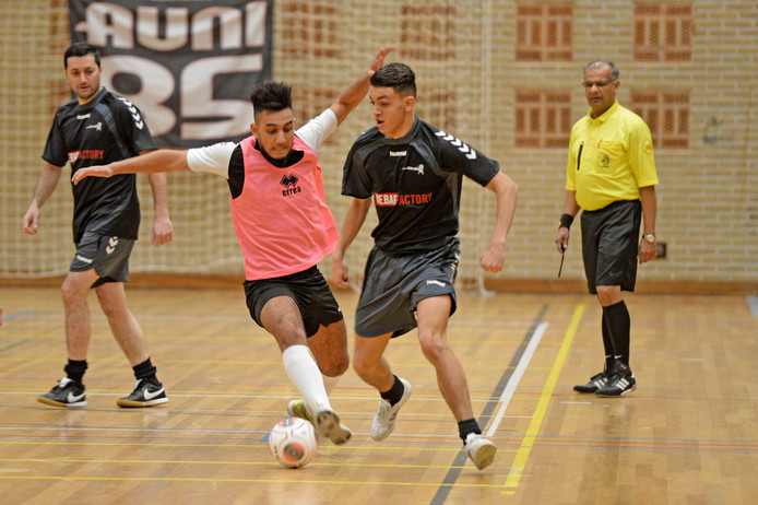 Strijd tussen FC Youngboys (roze shirts) en Beydillispor.