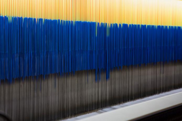 De weefmachines van EE Labels werken aan een 3D (werk)jas.