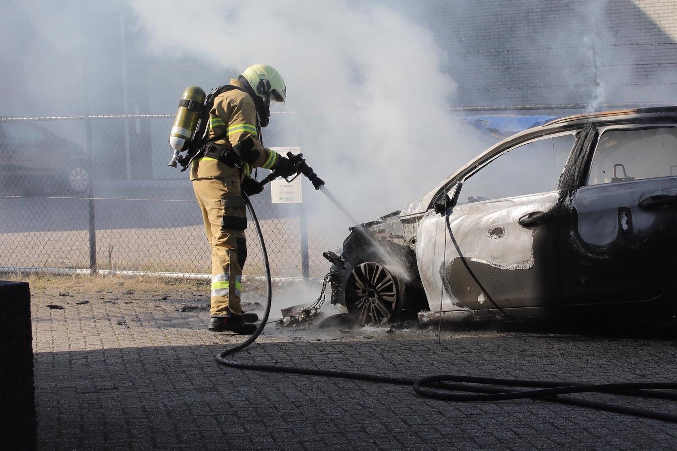 Personenauto in Oss door brand verwoest.