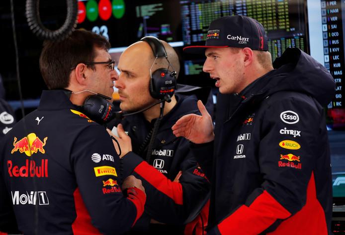 Max Verstappen in gesprek met Red Bull-technisch directeur Pierre Wache.
