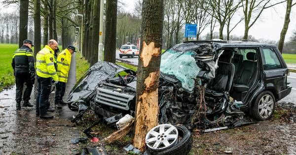 Twee gewonden bij zware aanrijding bij Velp, slachtoffer zat uur bekneld in auto.