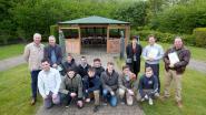Leerlingen houtbewerking bouwen pergola voor bejaarden
