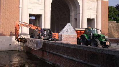 """Vuile zone in vestingwater aan Menenpoort schoongemaakt: """"We willen dit jaarlijks doen"""""""