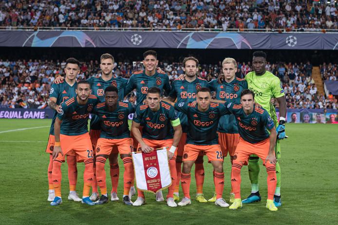 Ajax voor aanvang van de Champions League-wedstrijd in Valencia.