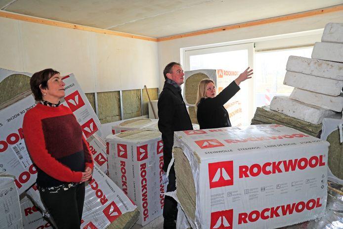 Kamerlid Henk Nijboer (PvdA) bekijkt met de gedupeerde kopers Dineke van Ommen en Nancy Snijders de huizen waarin de isolatiekorrels uit de stopcontacten kwamen.