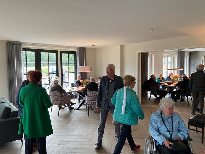 De ruime gemeenschappelijke woonkamer van Herbergier De Maashorst.