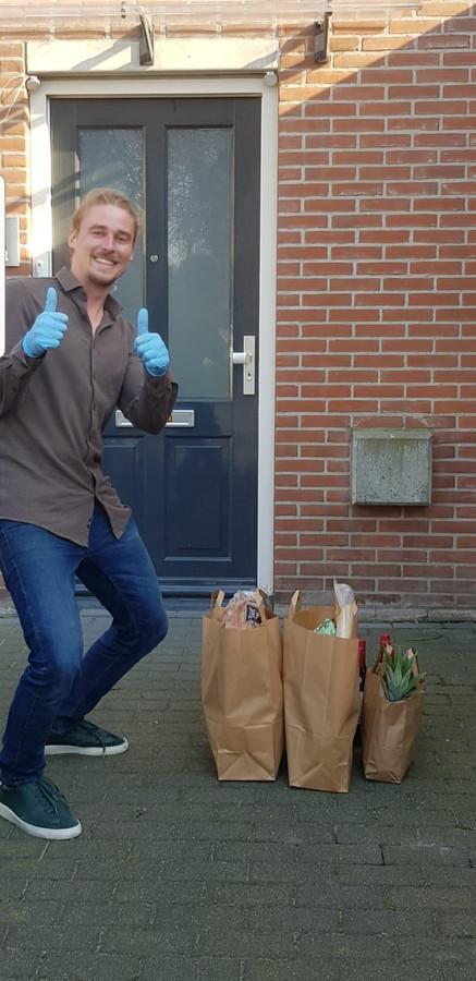 Jasper de Jongh deed boodschappen voor Kees en Joke Boer, die dat zelf even niet kunnen doen.