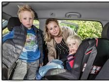 Moeder pleit na auto-ongeluk voor kinderzitje met airbag: 'Het bloed druppelde van zijn voorhoofd'