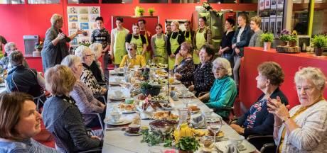 Leerlingen Elzendaalcollege waken over welzijn Gennepse ouderen met projecten