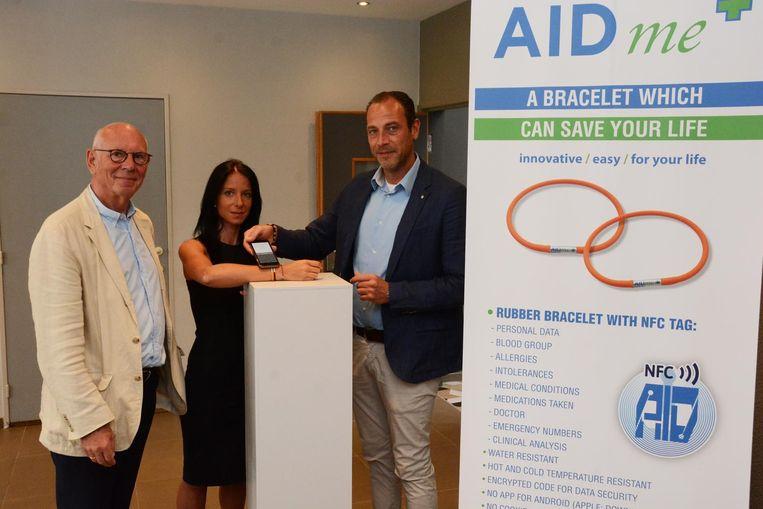 Paul Verdonck en Tom De Bruyn demonstreren hoe de levensreddende armband werkt.