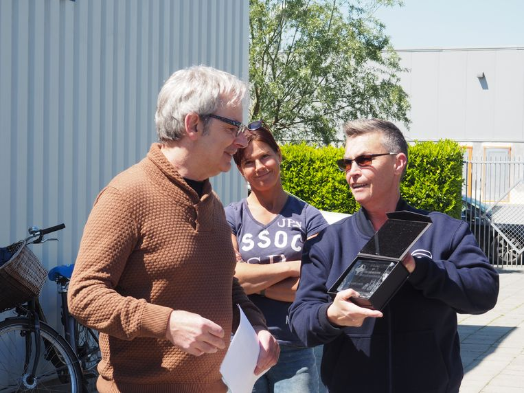 Jan Kerremans kreeg van Chris Cools een glazen plaat cadeau.