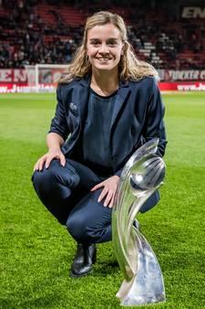 Twentse ambassadrice volgt EK vrouwenvoetbal vanaf Ibiza