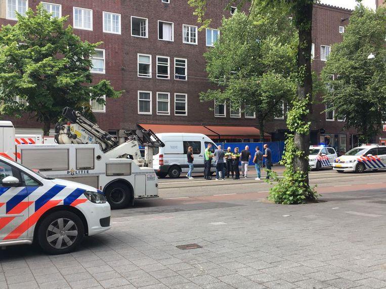 De politie doet onderzoek. Het terras van het restaurant is afgezet met blauwe hekken. Beeld Paul Vugts