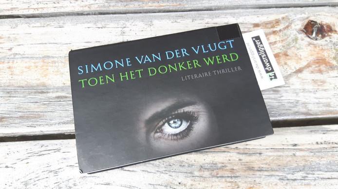 Dwarsligger-cover van 'Toen het donker werd', een boek van Simone van der Vlugt.