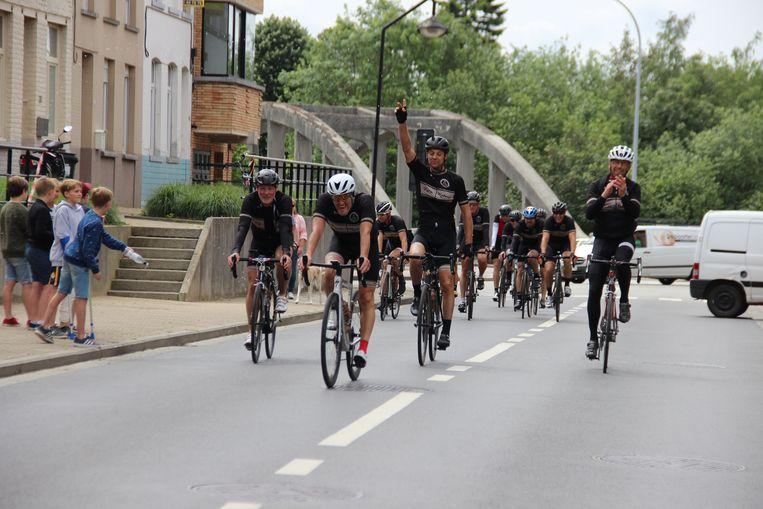 De renners komen aan in Ronse.