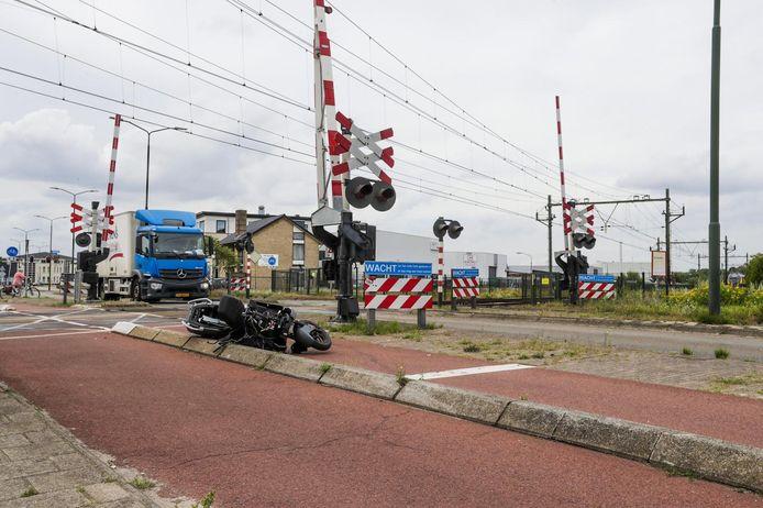 Scooter aangereden op spoorwegovergang in Geldrop.