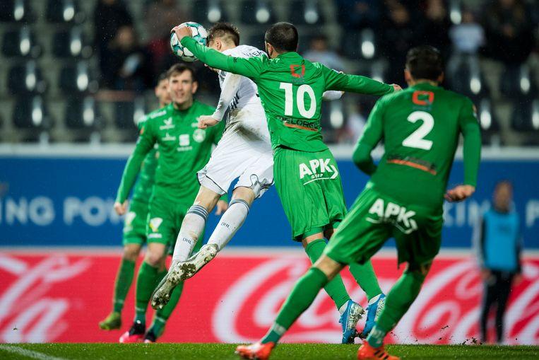 De Lommelse elf (in het groen) slaagden er niet in het OHL-geweld af te stoppen.