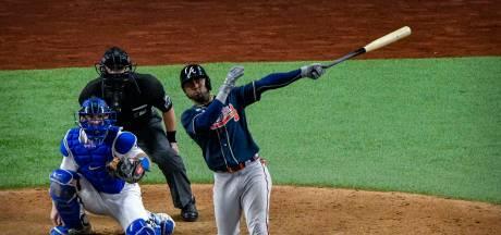Bizar: Albies slaat opnieuw homerun in handschoen van ploeggenoot