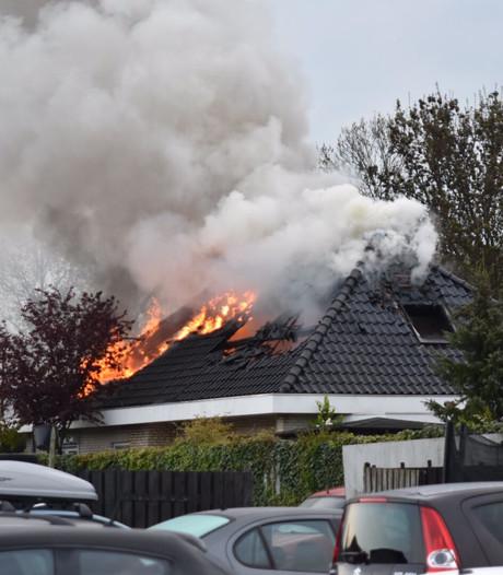 Dak vat vlam van woning in Giessen