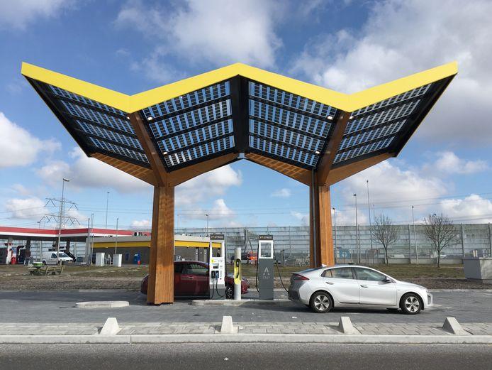 Het nieuwe model laadstation van Fastned. Hoog genoeg om ook vrachtwagens te laten 'tanken'.