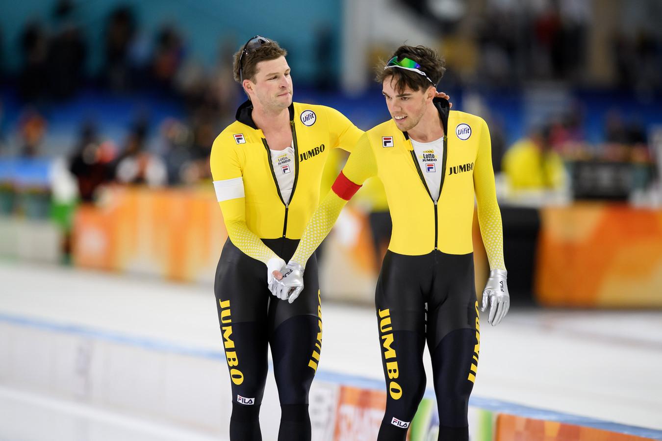 Sven Kramer feliciteert Patrick Roest na diens winst op de 5000m tijdens het World Cup Kwalificatie Toernooi