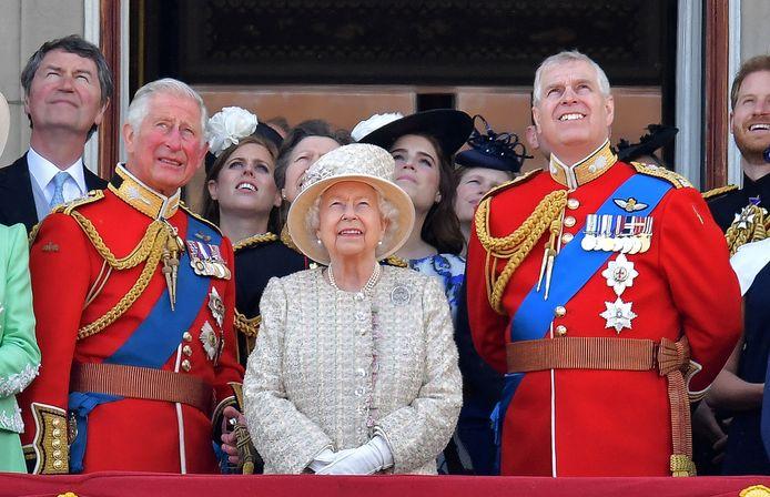 Elizabeth met haar zonen, Charles en Andrew. Die laatste werd uit zijn publieke functies ontheven