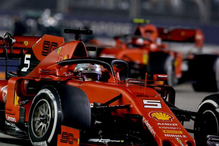 Sebastian Vettel in Singapore, met Charles Leclerc in zijn kielzog. Beeld Getty Images