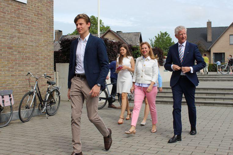 Zoon Constantijn liep bij het binnenkomen van het kieslokaal voorop het gezin De Crem. Wordt hij de opvolger?