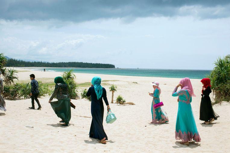 Strandtafereel uit 2015 in de buurt van Banda Atjeh, de hoofdstad van de Indonesische provincie Atjeh, waar in 2004 de tsunami toesloeg. Op deze plek hebben de jongeren geen last van de shariapolitie.  Beeld Hollandse Hoogte / Panos Pictures