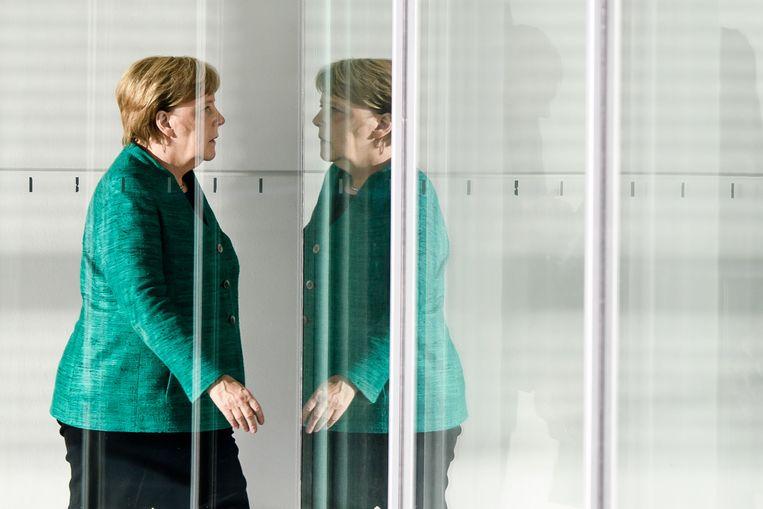 Bondskanselier Merkel verlaat een bijeenkomst tussen de CDU en de CSUin Berlijn.  Beeld EPA